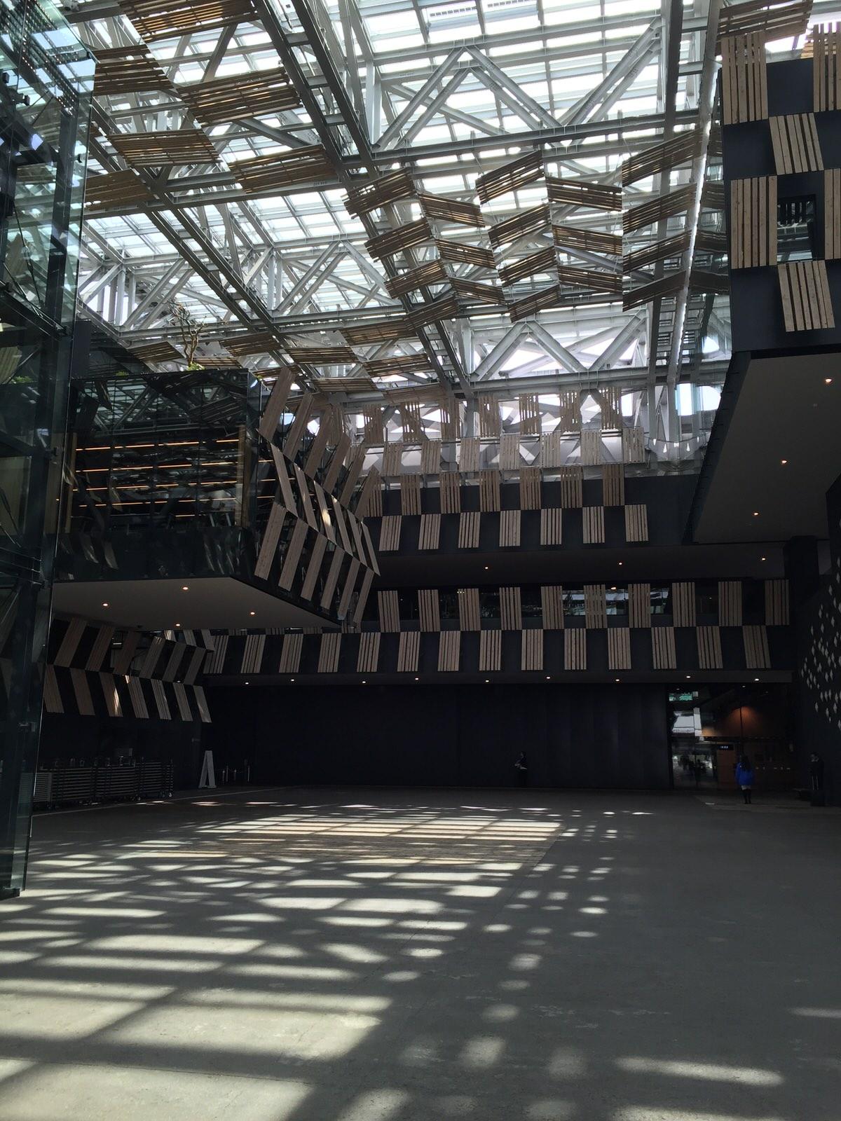 アオーレ長岡 隈 研吾 |光と影が心地よい贅沢な空間で研修を受けています。