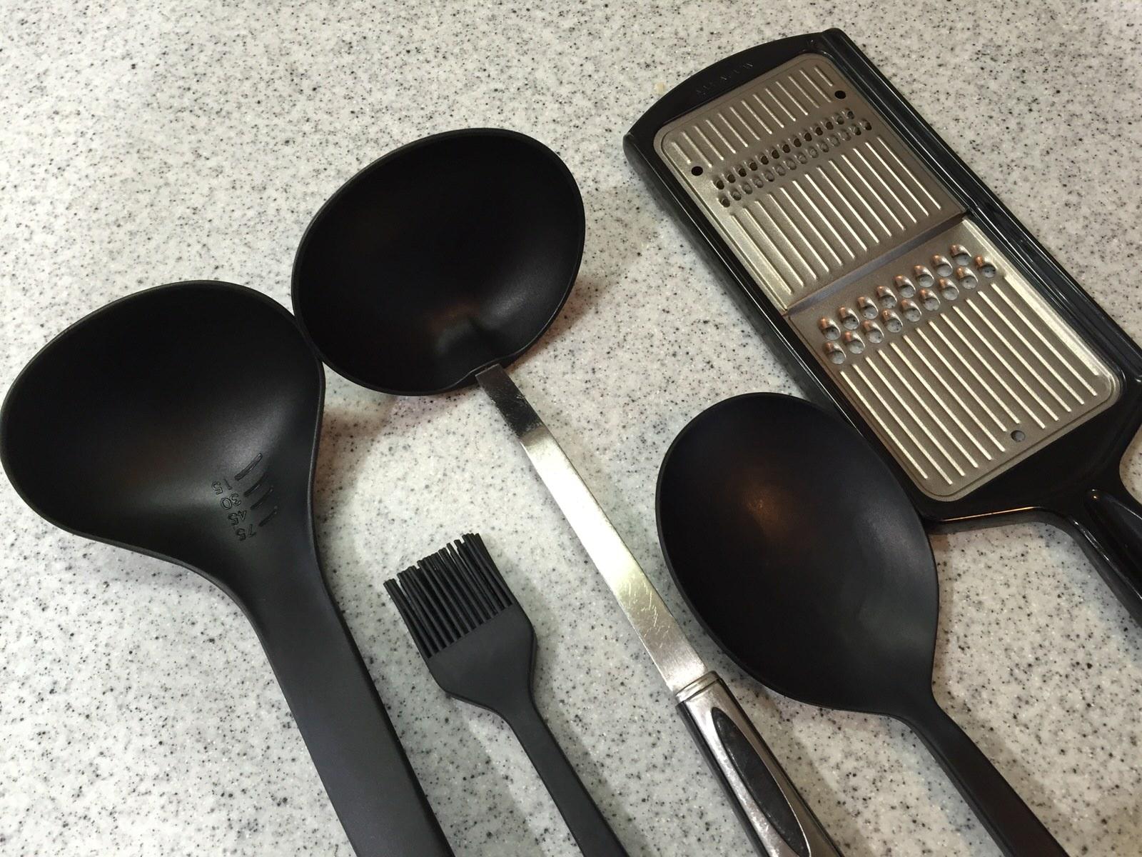 キッチンツールの色を揃えると空間がスッキリ。揃えやすいのは黒。