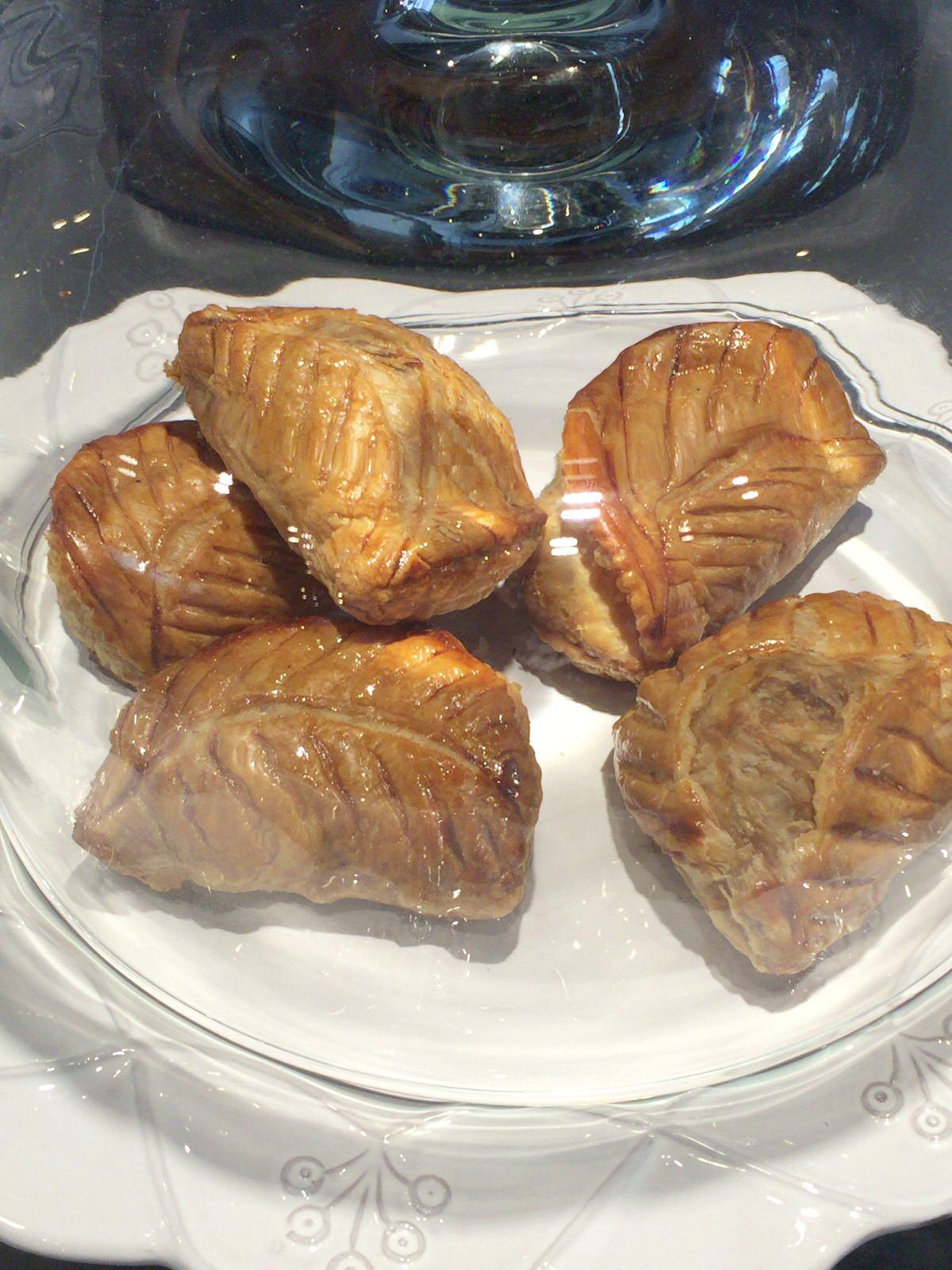 ケーキ&カフェ コレット 本店  729層のアップルパイはパリパリ、サクサクで病みつきになりそう。【札幌 桑園】