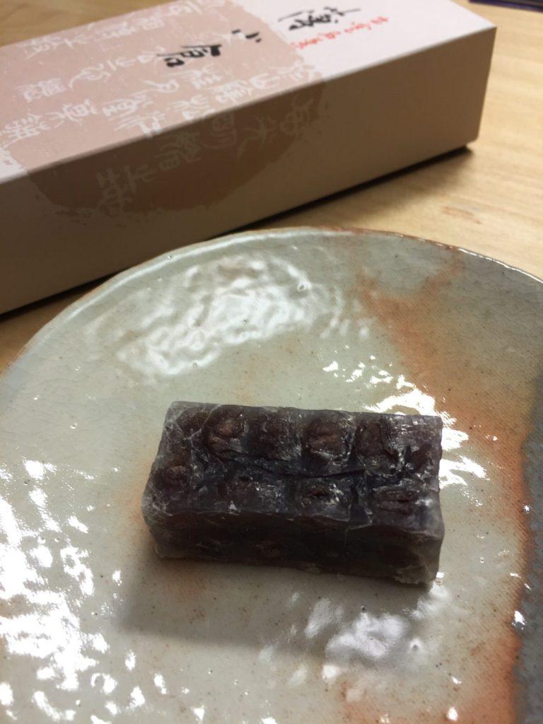 松江のお菓子「桂月堂」の薄小倉を買いました。抹茶と合うほど良い甘さとサイズがいい。