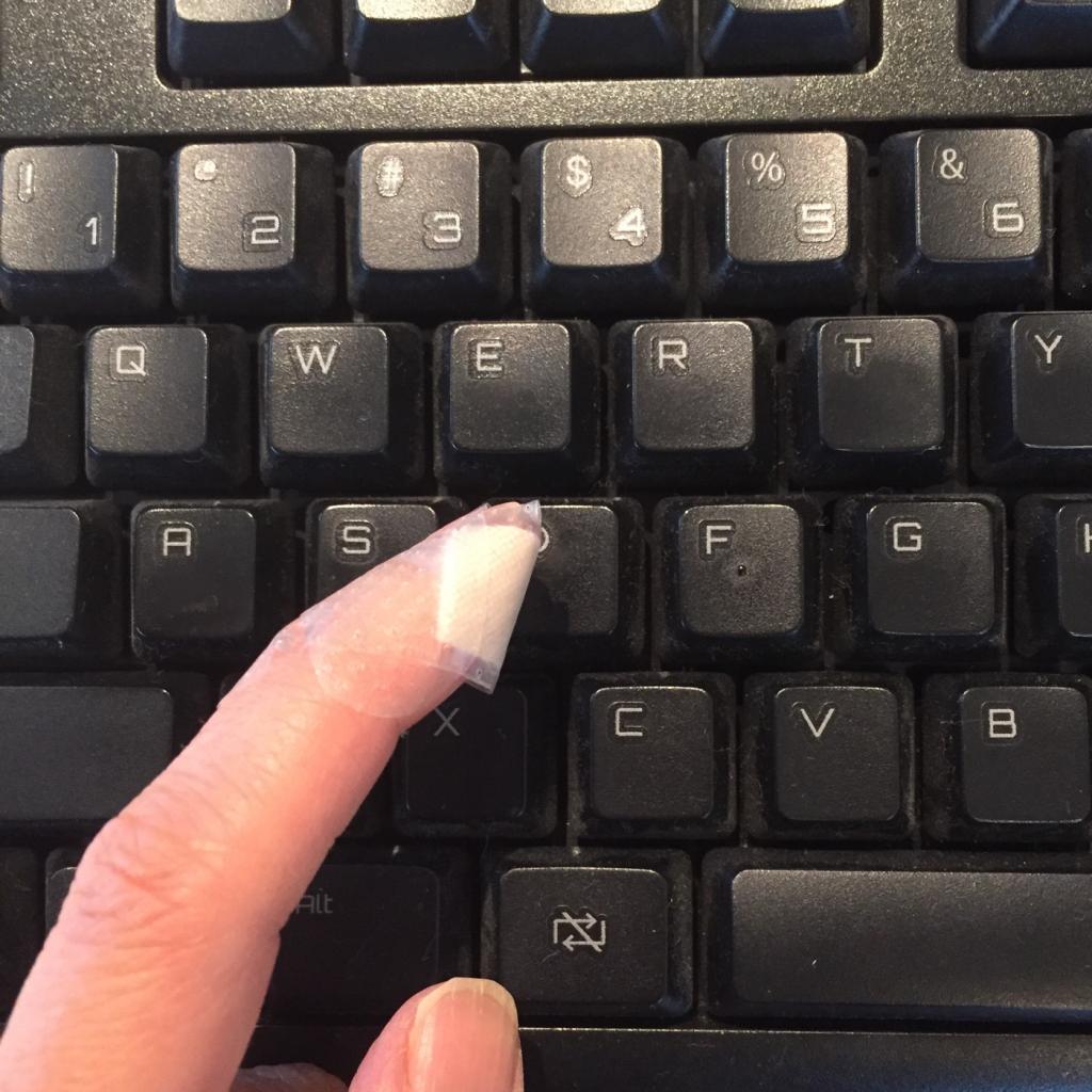 指先をケガすると作業効率がガタ落ち!キーボードが使いにくいのでスマホで文を書いています。