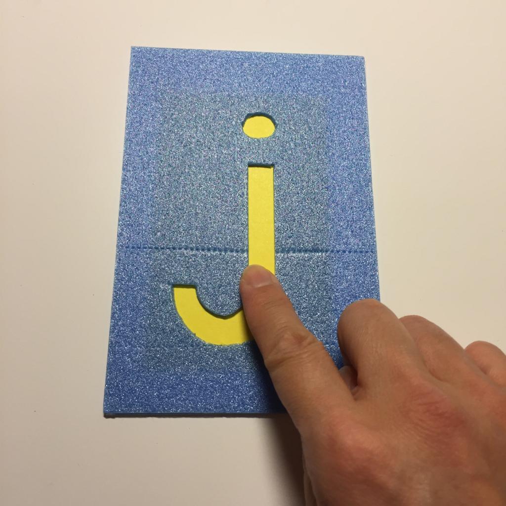 なかなかアルファベットを覚えられないなら、触ってみよう。文字が凹んでいる所がミソのフラッシュカード。