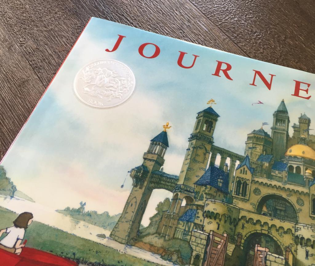 字がなくてもストーリーを感じる美しい絵本です。 JOURNEY(著者:Arron Becker)コールデコット銀賞
